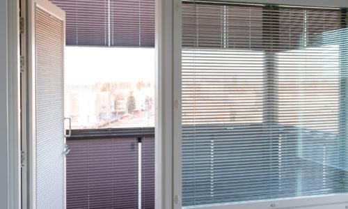 Verhot ikkunaan, oveen ja parvekkeelle.